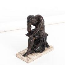 bronce sentado
